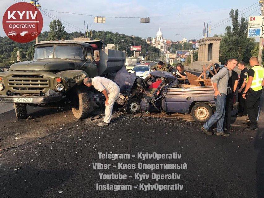 В Киеве забитый патронами ВАЗ врезался в грузовик - фото 69628