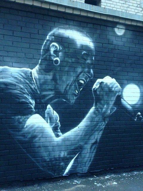 В Киеве появился мурал с покойным фронтменом Linkin ParkЧестером Беннингтоном - фото 68848