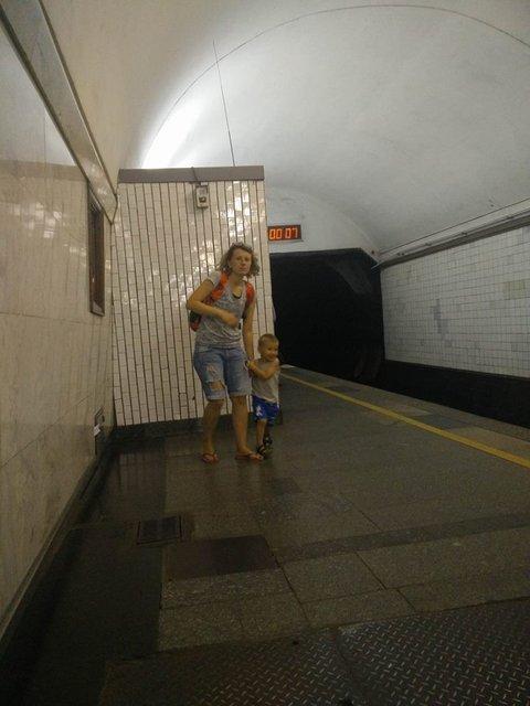 Яжемать сводила ребенка в туалет посреди станции метро - фото 63440