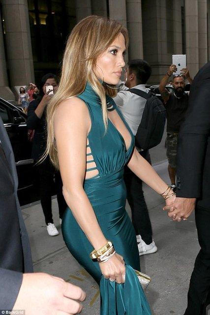 Дженнифер Лопес в платье с глубоким декольте произвела фурор  - фото 64436
