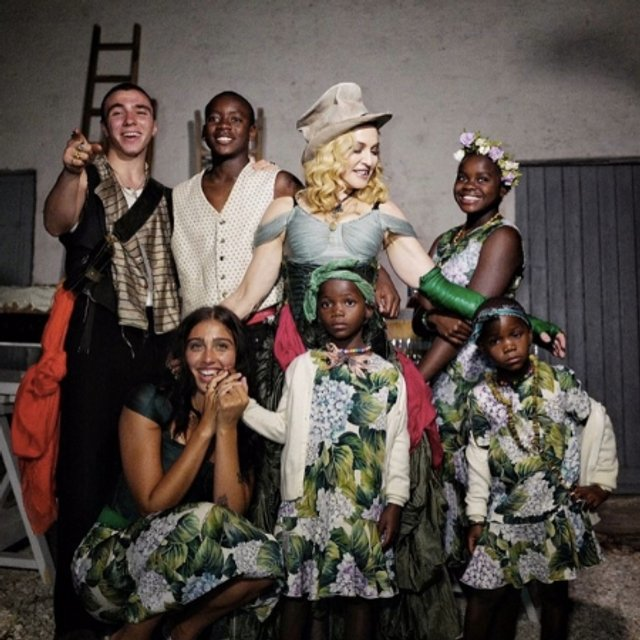 Эксклюзивное фото: Мадонна сфотографировалась с Рокко, Дэвид, Лурдес, Мерси, Эстер и Стелла - фото 68084
