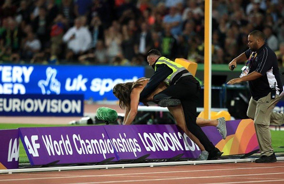 Восьмикратный олимпийский чемпион проиграл на ЧМ в Лондоне из-за голого мужчины (фото) - фото 64025