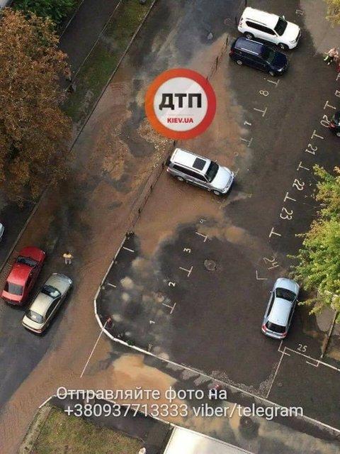 В Киеве из прорванной трубы хлещет огромный фонтан кипятка - фото 69216
