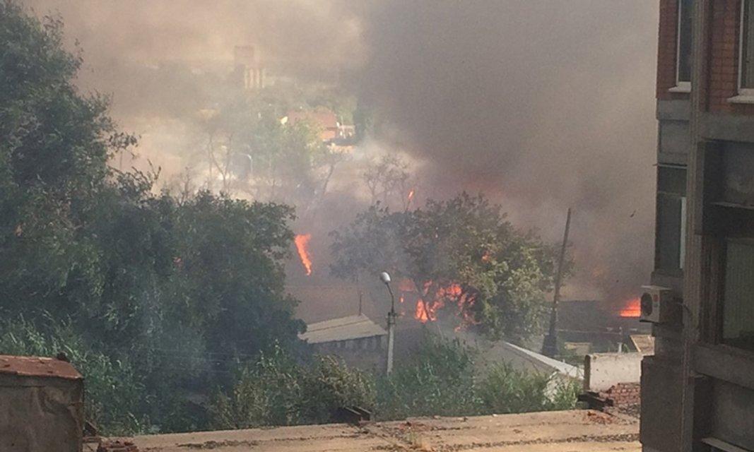 В Ростове полыхает целый жилой квартал, слышны взрывы - фото 68380