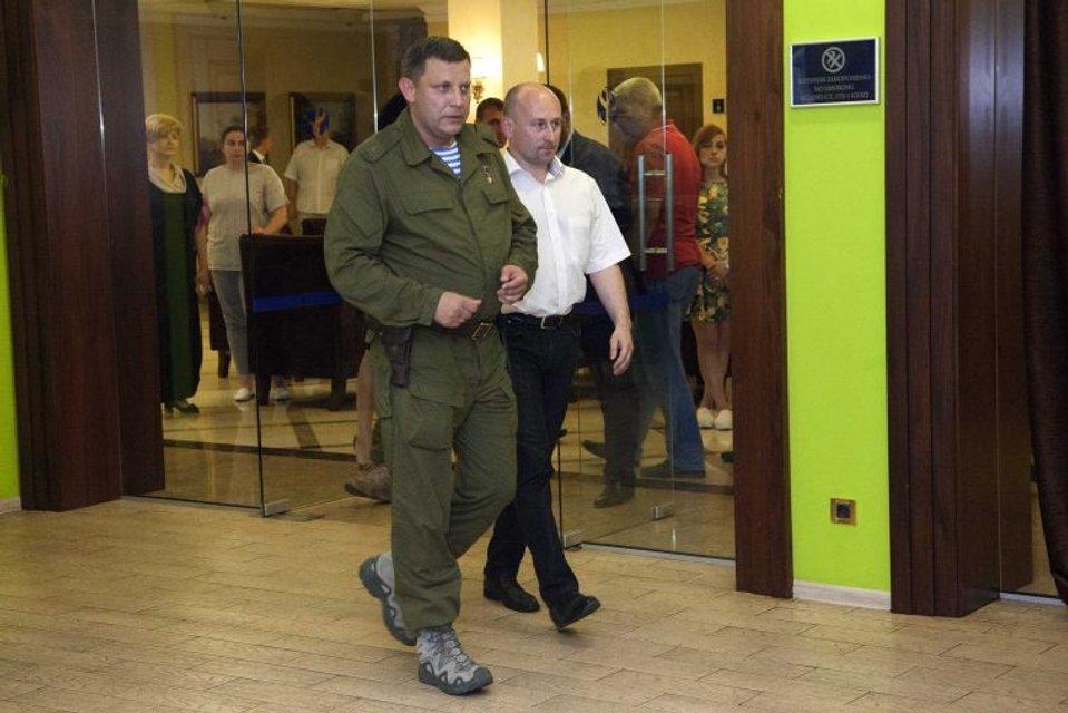 В бронежилете и с пистолетом: Захарченко устроил пирушку вдовам террористов - фото 66838