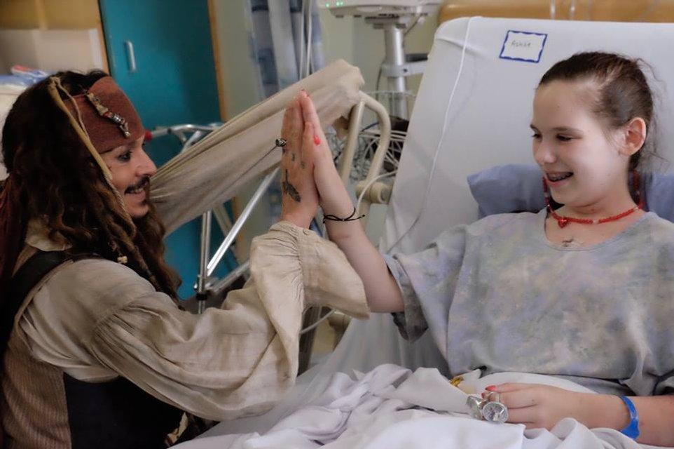 Джонни Депп в образе Джека Воробья посетил онкобольных детей в Ванкувере - фото 67364