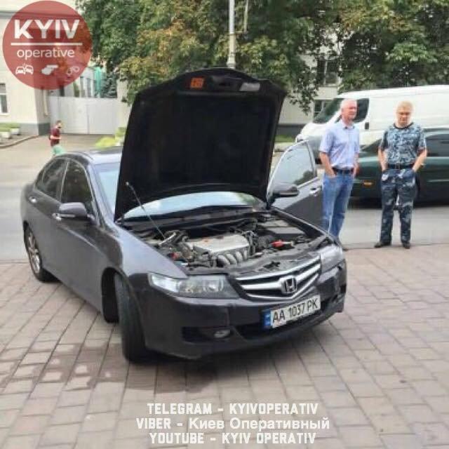 Перепутала передачи: киевлянка заехала в бизнеc-центр Vodafone Ukraine на авто - фото 66596