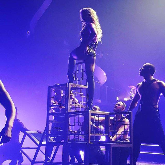 Фанат напал на Бритни Спирс прямо на сцене - фото 65616