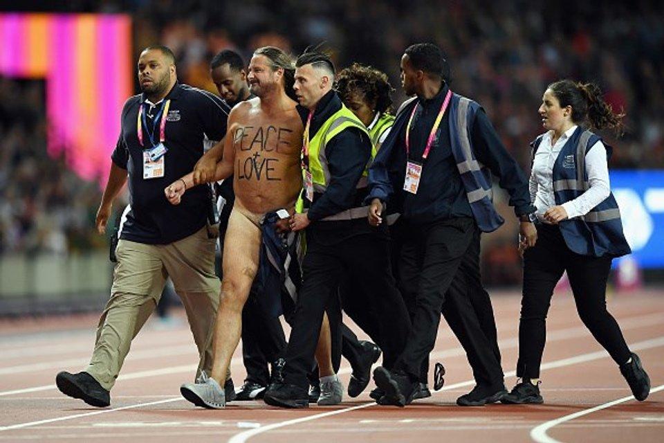 Восьмикратный олимпийский чемпион проиграл на ЧМ в Лондоне из-за голого мужчины (фото) - фото 64020