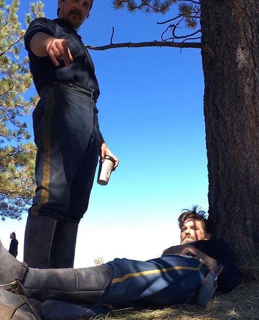 В сеть попали фото похудевшего Кристиана Бейла со съемок фильма Недруги - фото 68955