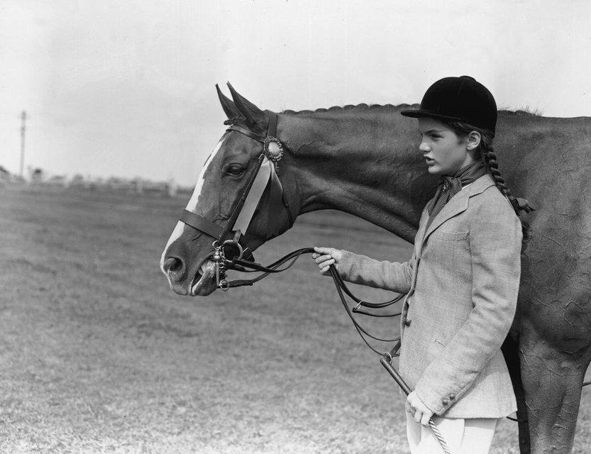 В сеть попали архивные фото юной Жаклин Кеннеди - фото 62349