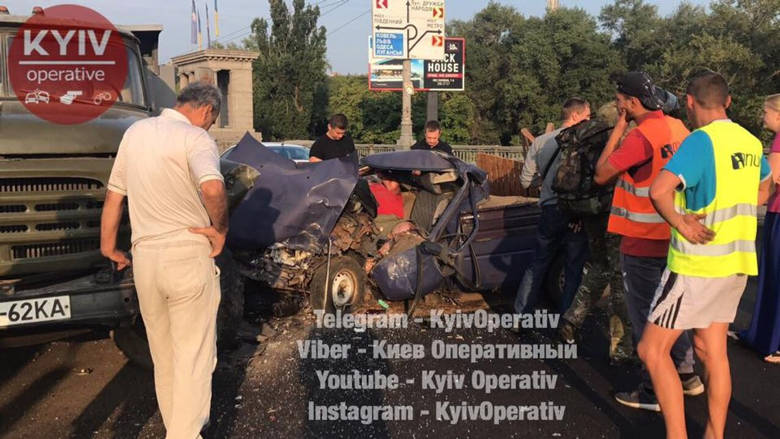 В Киеве забитый патронами ВАЗ врезался в грузовик - фото 69629