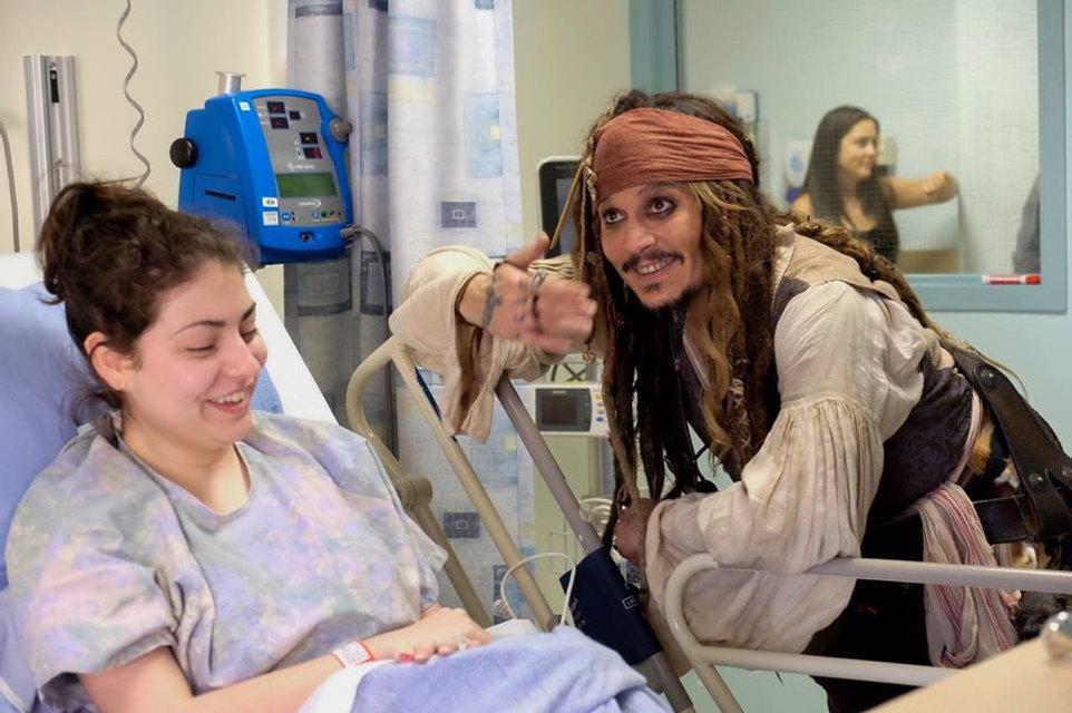Джонни Депп в образе Джека Воробья посетил онкобольных детей в Ванкувере - фото 67363
