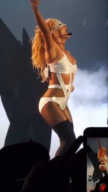 Фанат напал на Бритни Спирс прямо на сцене - фото 65615