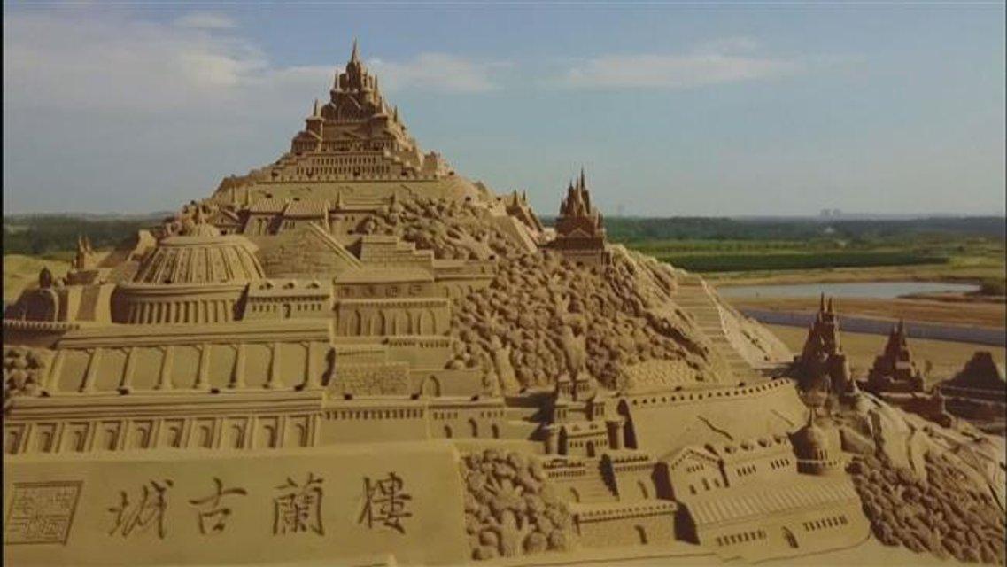 В Китае построили крупнейшую скульптуру из песка - фото 66019