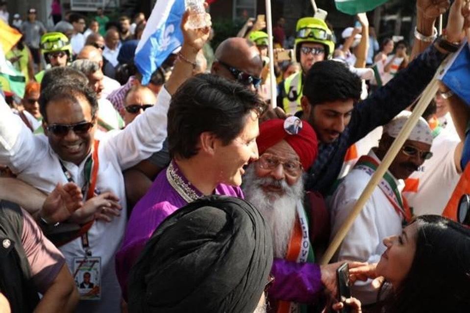Джастин Трюдо в индийском костюме прошел парадом в Монреале - фото 68463
