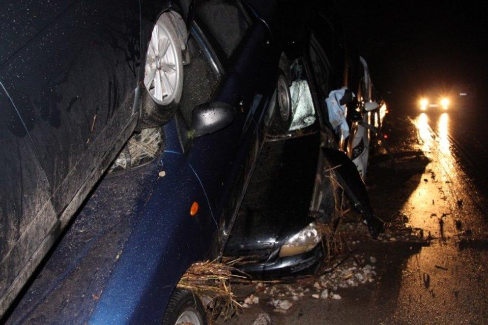 Возле Судака в Крыму сильным сходом водно-грязевого потока снесло 15 автомобилей  - фото 68015