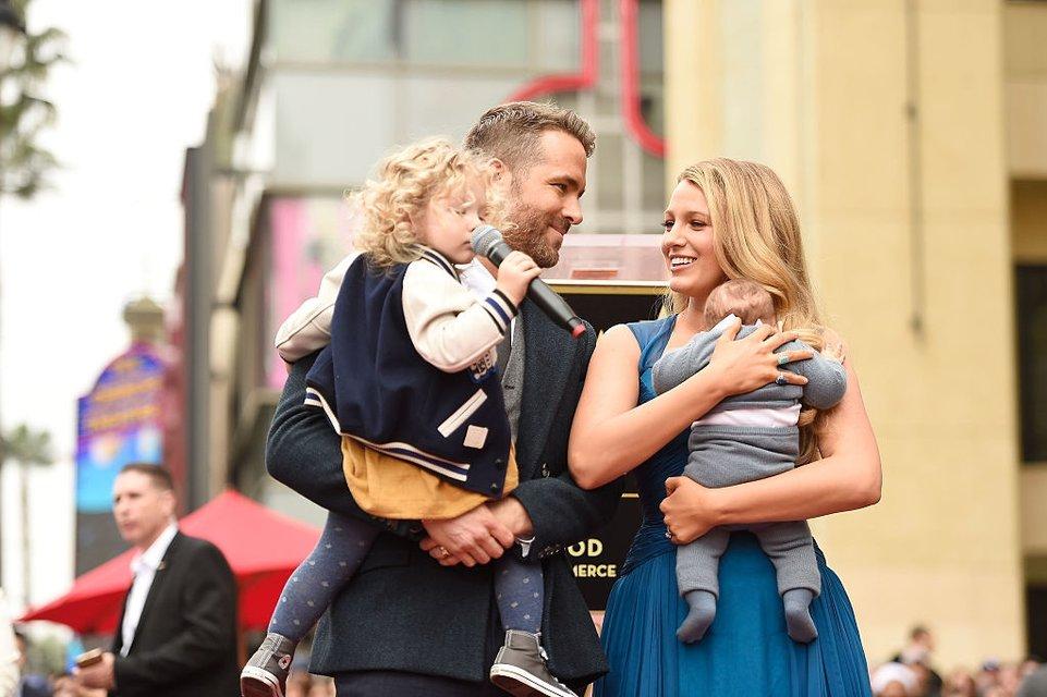 Блейк Лайвли и Райан Рейнольдс с детьми - фото 65458