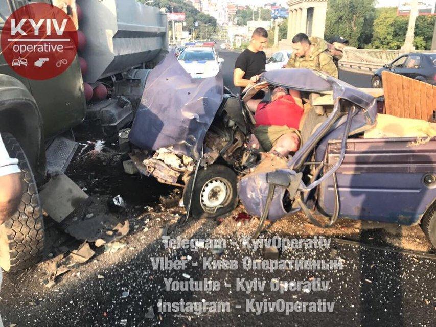 В Киеве забитый патронами ВАЗ врезался в грузовик - фото 69627