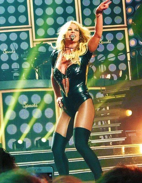 Фанат напал на Бритни Спирс прямо на сцене - фото 65614
