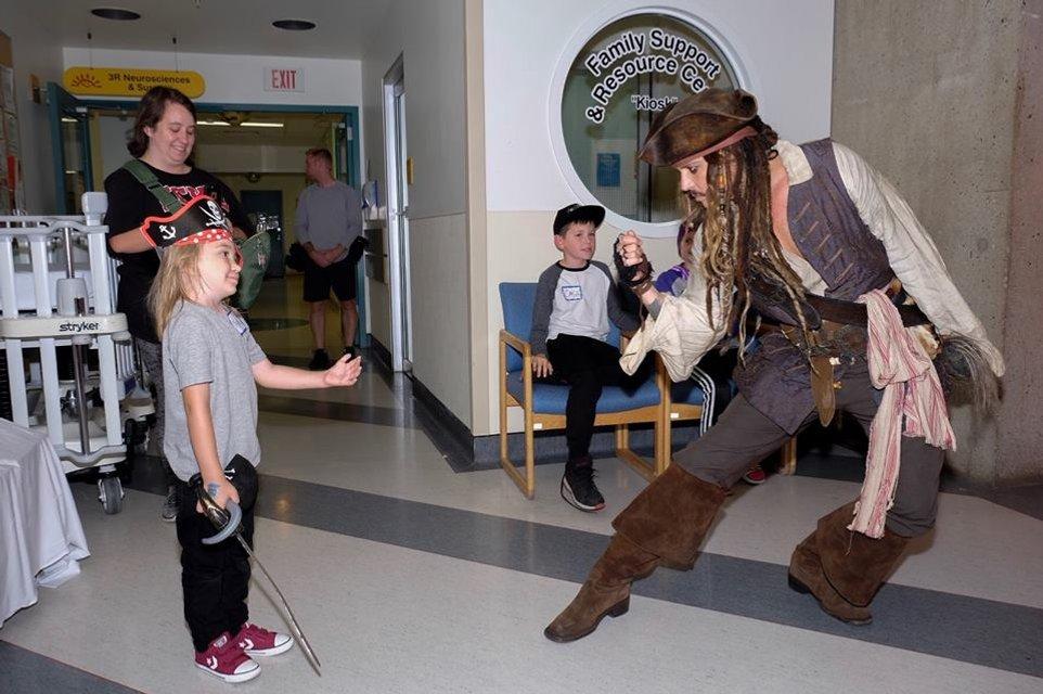 Джонни Депп в образе Джека Воробья посетил онкобольных детей в Ванкувере - фото 67366