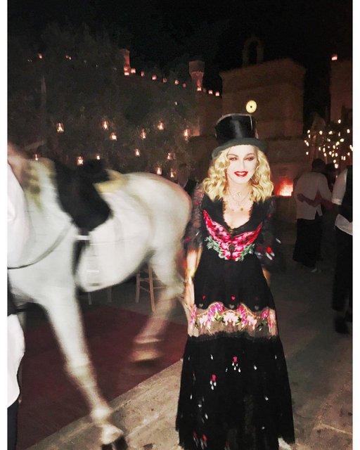 День рождения Мадонны: 59-летие звезда отметила на коне и с цыганскими танцами - фото 67341