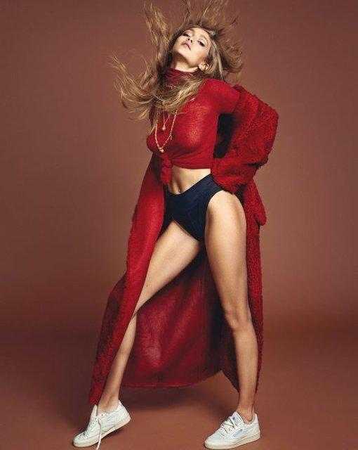Белла Хадид показала грудь и стройные ноги на обложке Vogue - фото 68484