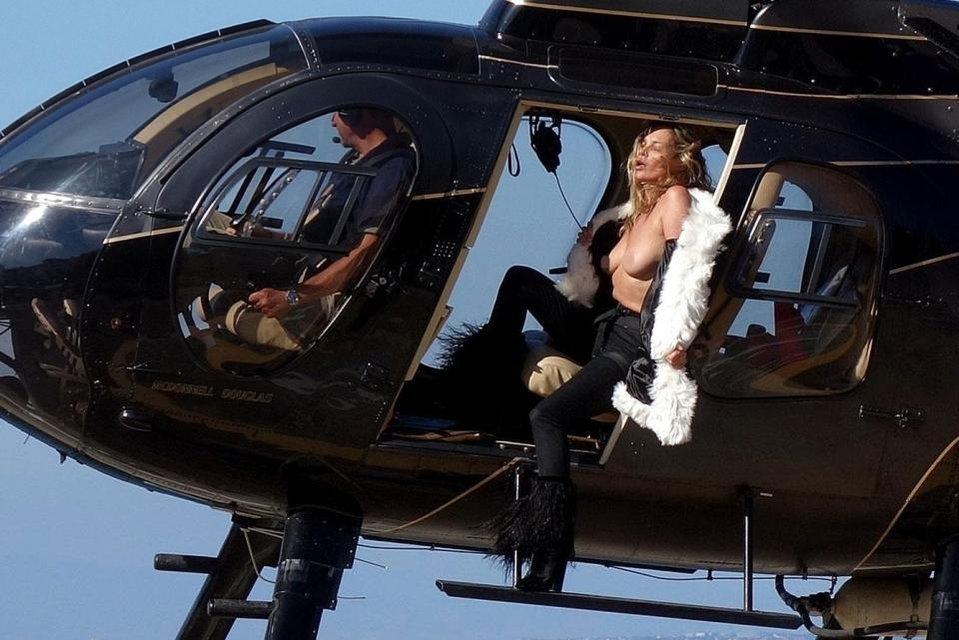 Кейт Мосс показала голую грудь на вертолете - фото 63389