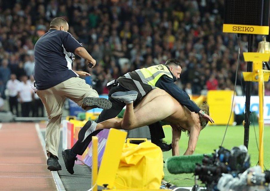 Восьмикратный олимпийский чемпион проиграл на ЧМ в Лондоне из-за голого мужчины (фото) - фото 64024