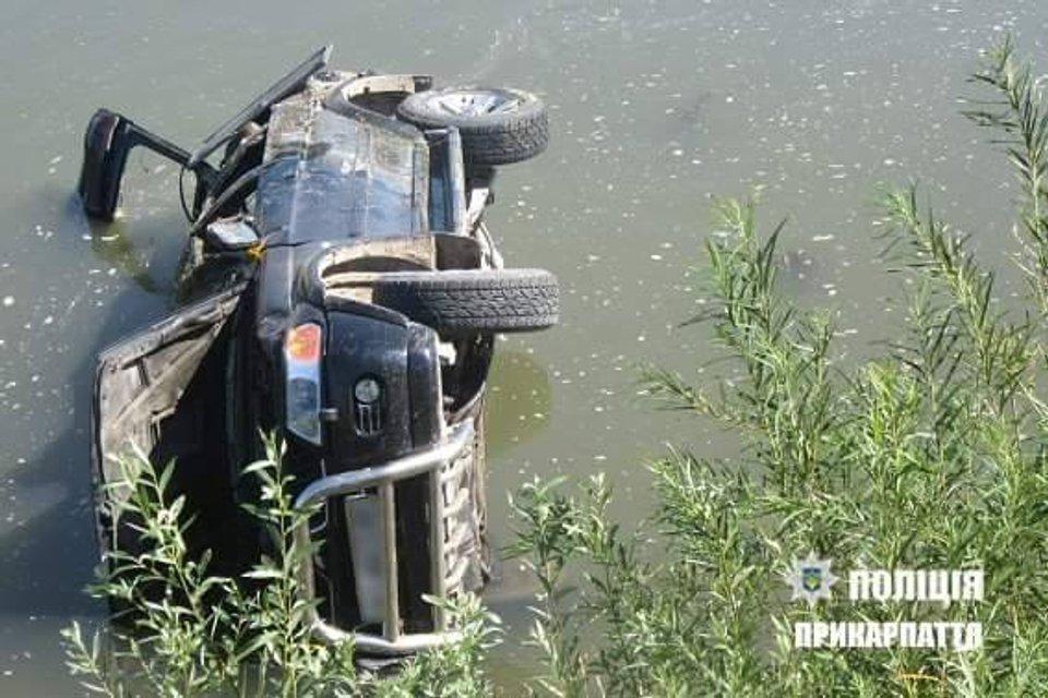 В Ивано-Франковской области пьяный депутат влетел в реку, есть погибший - фото 62685