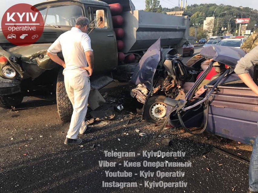 В Киеве забитый патронами ВАЗ врезался в грузовик - фото 69630