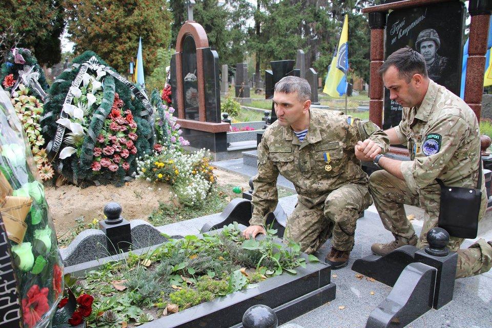 Герой України на могилі побратима Темура Юлдашева - фото 67981