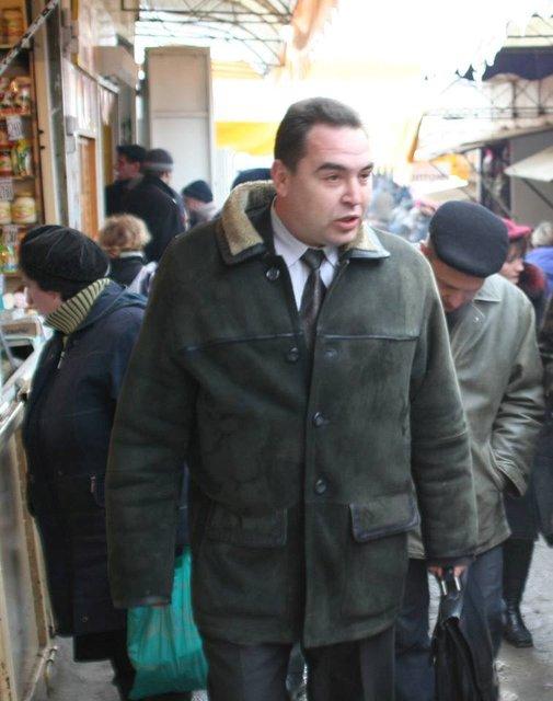 Базарное прошлое: В сети показали как Плотницкий с портфелем и в дубленке бегал по рынку - фото 65248