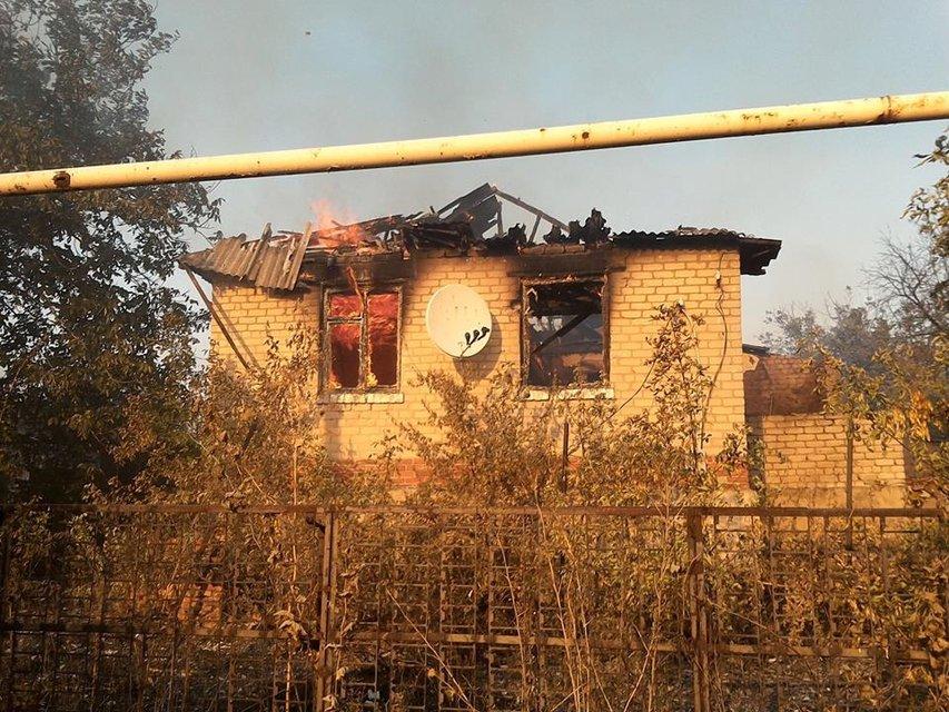Похожена ад: В Зайцево из-за обстрелов боевиков сгорели жилые дома - фото 68683