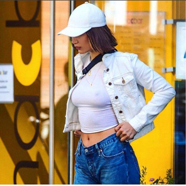 Белла Хадит показала грудь в прозрачном топе - фото 63111