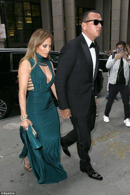 Дженнифер Лопес в платье с глубоким декольте произвела фурор  - фото 64438