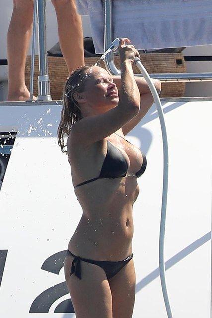Памела Андерсон в бикини произвела фурор во Франции - фото 66244