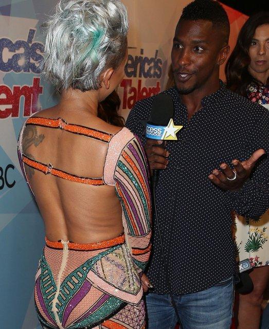 У Мел Би в прямом эфире на спине порвалось платье - фото 69409