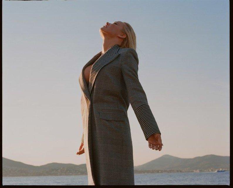 Памела Андерсон без белья позировала для глянца - фото 63400