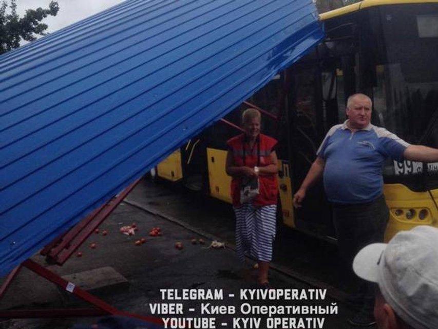 В Киеве водитель автобуса разнес остановку и уехал с места ДТП - фото 68860