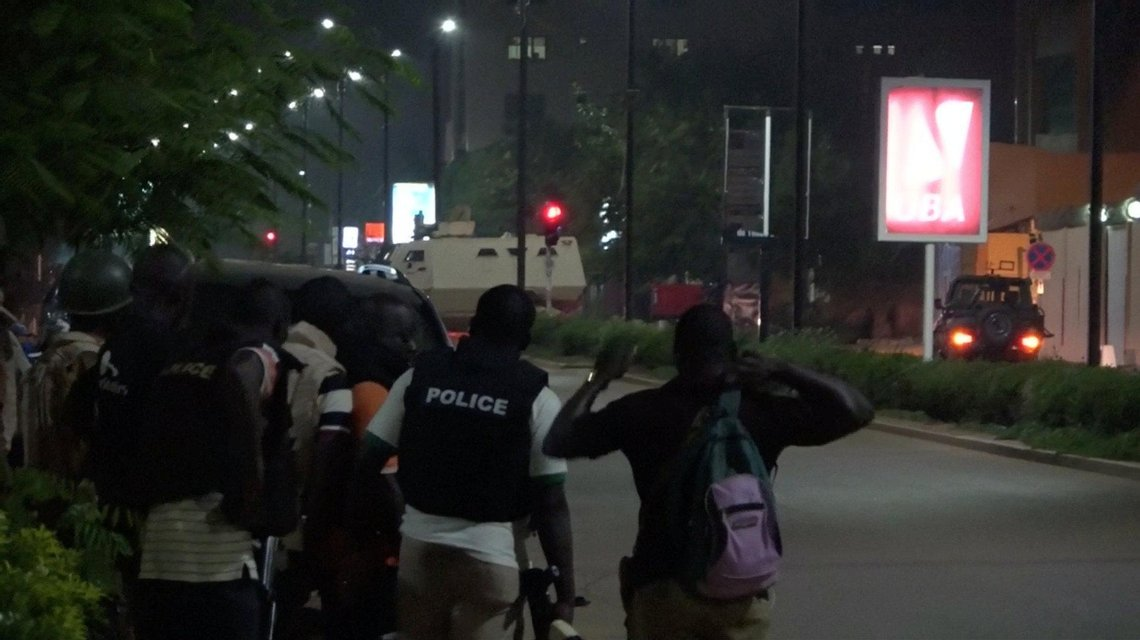 Террористы устроили кровавую бойню в турецком ресторане в Буркина-Фасо - фото 66088