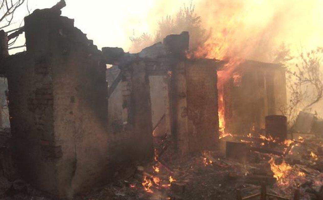 Похожена ад: В Зайцево из-за обстрелов боевиков сгорели жилые дома - фото 68680