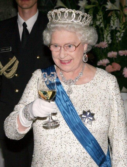 Королева любит выпить - фото 62735