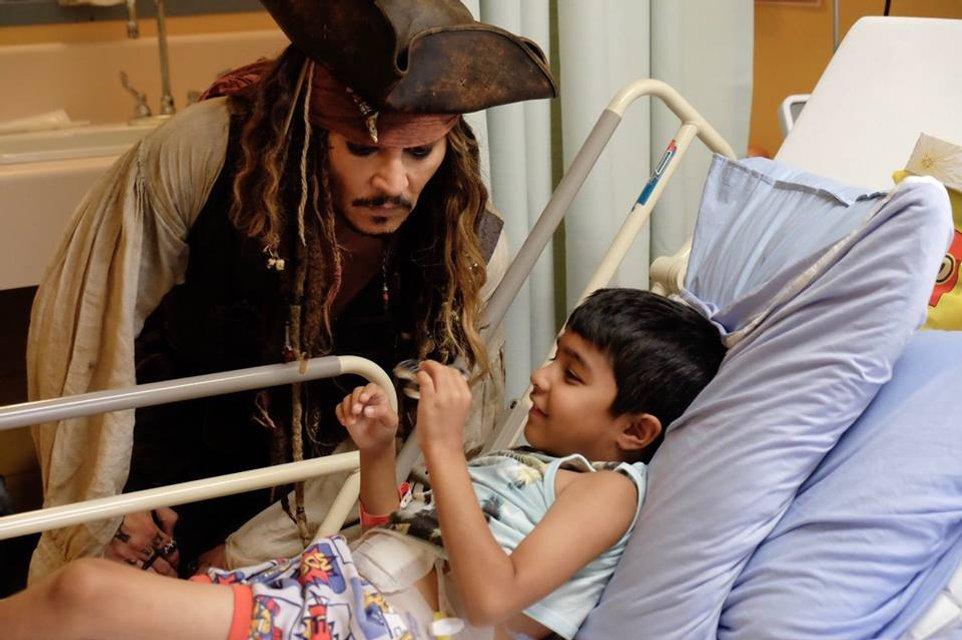 Джонни Депп в образе Джека Воробья посетил онкобольных детей в Ванкувере - фото 67362