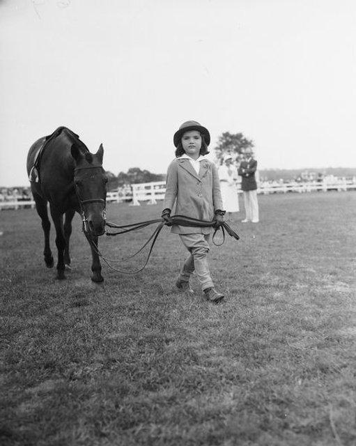 В сеть попали архивные фото юной Жаклин Кеннеди - фото 62347