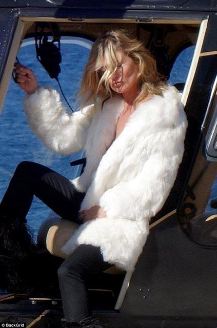 Кейт Мосс показала голую грудь на вертолете - фото 63385