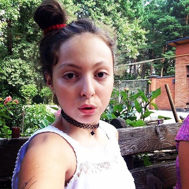 Полякова показала, как ее дочка-копия учится верховой езде в Лондоне - фото 64661