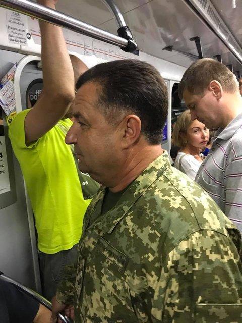 Министр обороны поехал на работу в метро - фото 67270