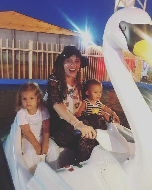 Слава Каминская с детьми в Мариуполе - фото 62442