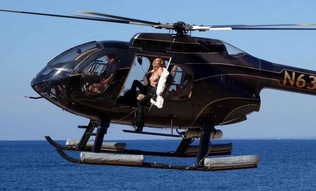 Кейт Мосс показала голую грудь на вертолете - фото 63380
